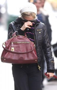 Sienna Miller, que anda mais próxima de Jude Law do que nunca, anda tendo dias difíceis depois do expediente. O motivo de tanta preocupação? Os paparazzis não a deixam em paz e, a cada passo, ela precisa se esquivar de um flash.