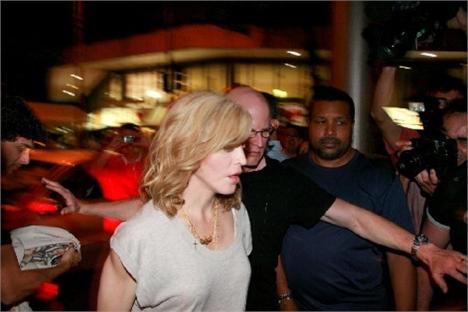 Madonna chega ao Sushi Leblon com Jesus Luz, logo atrás dela
