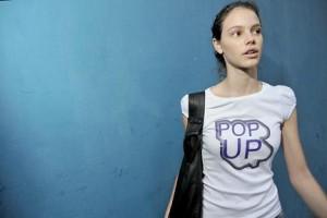 Laura Neiva saindo de casa, aqui em São Paulo. Linda, a atriz estava vestindo Pop Up. Ela já sabe o que é Pop Up, e você, glamurette?
