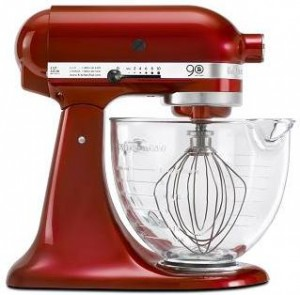 Para comemorar os 90 anos, a marca de eletrodomésticos KitchenAid convidou um time de peso para criar uma linha especial de pratos.