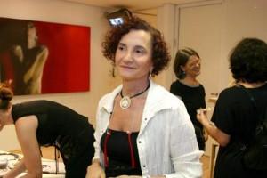 Miriam Mamber abre exposição comemorativa de 20 anos, em São Paulo.