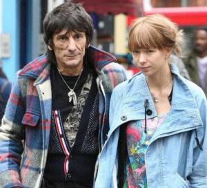 Guitarrista da banda Rolling Stone é preso na Inglaterra por bater na namorada.