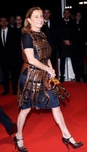 Miuccia Prada assina figurino de uma ópera em Nova York, mas se queixa da falta de forma do elenco.