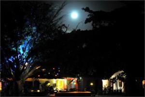 Uma enorme lua cheia ilumina o céu de Trancoso momentos antes da virada do Ano.