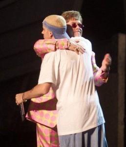 Elton John conta que está ajudando o rapper Eminem a se livrar das drogas.