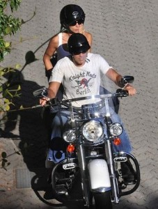 Elisabetta Canalis, a namorada de George Clooney, já conquistou vários amigos do ator. Até Roberto Cavalli já teceu uma série de elogios à moça.