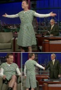 """Kiefer Sutherland apareceu de vestido vintage no programa """"Late Show"""". Tudo porque perdeu uma aposta para um amigo"""