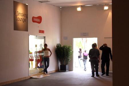 Imagem da entrada do lounge para fumantes: sala de estar