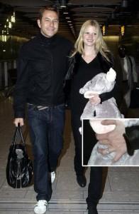 Top Lara Stone aparece com anel de noivado em Londres.