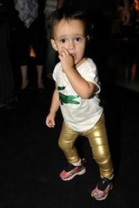 Pequena fashionista arrasa nos bastidores da SPFW.