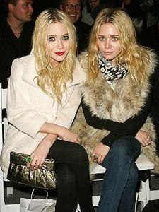 Mary-Kate e Ashley Olsen anunciam uma novidade das boas: a marca The Row terá um portal de vendas pela internet.