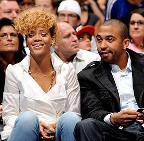 Rihanna avisa que irá sozinha à premiação do Grammy, que acontece neste domingo.