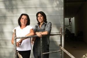 Silvia e Juliana Cintra abriram as portas do casarão na Gávea na última quinta-feira, onde passou a funcionar a nova galeria Silvia Cintra + Box 4.