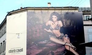 Saíram os outdoors da campanha estrelada pela namorada de George Clooney, Elisabetta Canalis, para Roberto Cavalli.