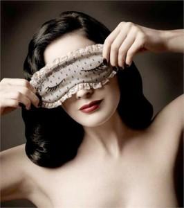 Dita von Teese é a mais nova colaboradora da marca Moschino.