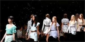Burberry vai apresentar sua coleção de inverno 2010 em Londres com transmissão 3D ao vivo para Nova York, Tóquio, Paris e Dubai.