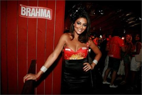 0da61a4eed Juliana Paes arrasou na customização da camiseta-convite do camarote ...