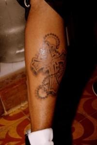 Jesus Luz fez amizade com um fotógrafo no camarote da Brahma na Sapucaí e resolveu mostrar pra ele a tatuagem que fez sábado, na perna esquerda.