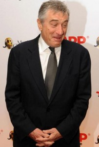 """Robert De Niro esbanjou bom humor durante uma premiação promovida pela """"AARP Magazine""""."""