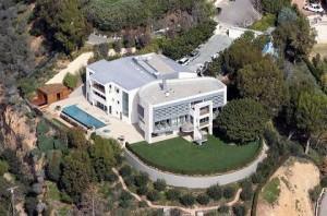 Tom Hanks pagou US$ 26 milhões por uma mansão de 1,3 mil metros e quatro suítes na região de Pacific Palisades, na Califórnia.
