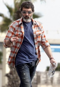 Antonio Banderas fica irreconhecível para viver personagem em novo filme.