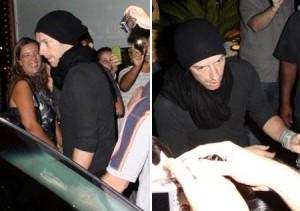 Chris Martin vai a restaurante no Rio e é cercado por fãs.