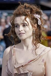 """Helena Bonham Carter, a Rainha Vermelha de """"Alice no País das Maravilhas"""", gosta de causar nos tapetes vermelhos."""
