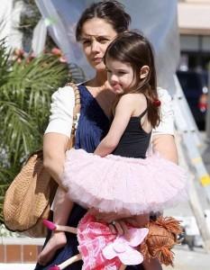 Suri desfila pelo corredor do shopping, com a mamãe Katie Holmes, vestida de bailarina.