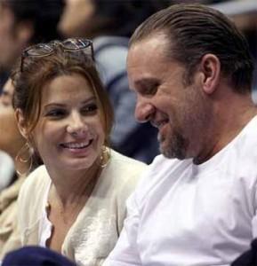 Revista diz que o marido de Sandra Bullock mantém caso com modelo há 11 meses.