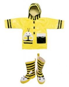 Capa de chuva e galochas da linha Kidorable protegem e divertem as mini glamurettes.