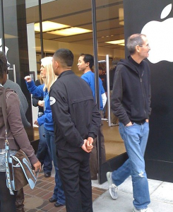 Steve Jobs estreita relações com clientes da Apple.