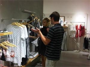 Kate Hudson faz compras na mais nova loja da Osklen, em Miami.