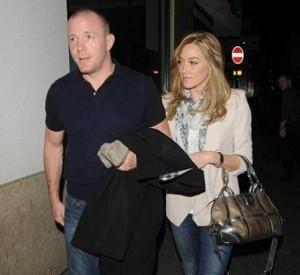 Guy Ritchie anda circulando com modelo superparecida com Madonna.
