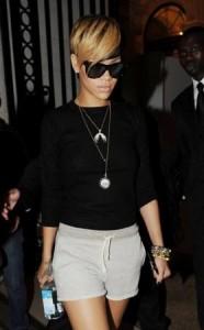 Em Paris, Rihanna compra fantasias em sex shop.