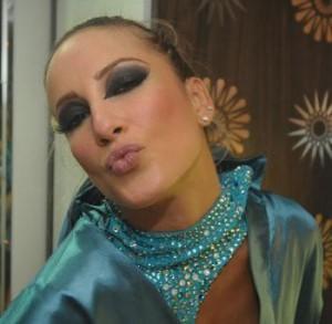 Claudia Leitte grava clipe de nova música em São Paulo acompanhada do filho e do marido.