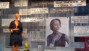 Vitrines da Barney's, em Nova York, causam polêmica. Tudo por conta de um display criado por Simon Doonan.