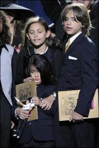 De acordo com jornal, filhos de Michael Jackson só terão acesso à herança depois dos 30 anos.