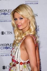 Depois de negar, assessoria da Triton confirma participação de Paris Hilton no desfile de verão 2011 da marca.