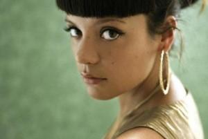 """A cantora Lily Allen vai escrever as canções para um espetáculo inspirado no best-seller """"O Diário de Bridget Jones""""."""
