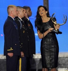 "Sandra Bullock aparece de surpresa e recebe prêmio no ""Guys Choice Award""."