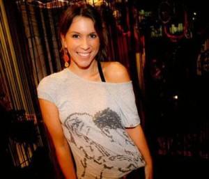 Sarah Oliveira abre as portas de seu apartamento para programa de tevê.