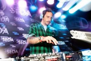 Marcelo Sommer comanda o som no lounge da Seda.