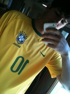 Ashton Kutcher e Ricky Martin estão torcendo para o Brasil.