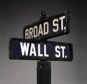 A Christie's colocou à venda uma placa de porcelana que ficava entre a Wall Street e a Broad Street, em Manhattan.