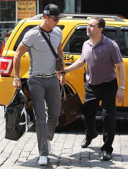 Cristiano Ronaldo: o mais novo papai está em Nova York para uma temporada de compras...