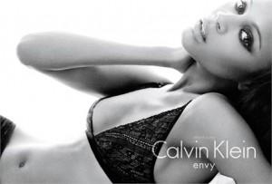 Zoe Saldana protagoniza a nova campanha de underwear da Calvin Klein.
