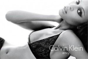 Owner of an sculptural body, Zoe Saldana, actress of Avatar, is the newest face and body of the new Calvin Klein underwear line.