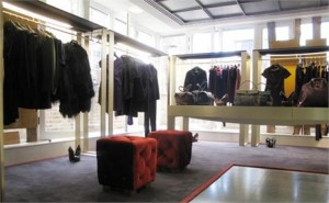Yves Saint Laurent acaba de inaugurar um espaço dentro da conceituada Dover Street Market, em Londres.