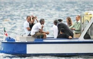 George Clooney e Elisabetta Canalis aproveitaram mais uma tarde do verão europeu para dar uma volta de barco.