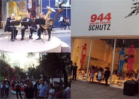 Músicos instalados no meio da Rua Oscar Freire, a fachada da loja Schutz - o QG do Glamurama - e a movimentação: o Promenade Chandon já começou